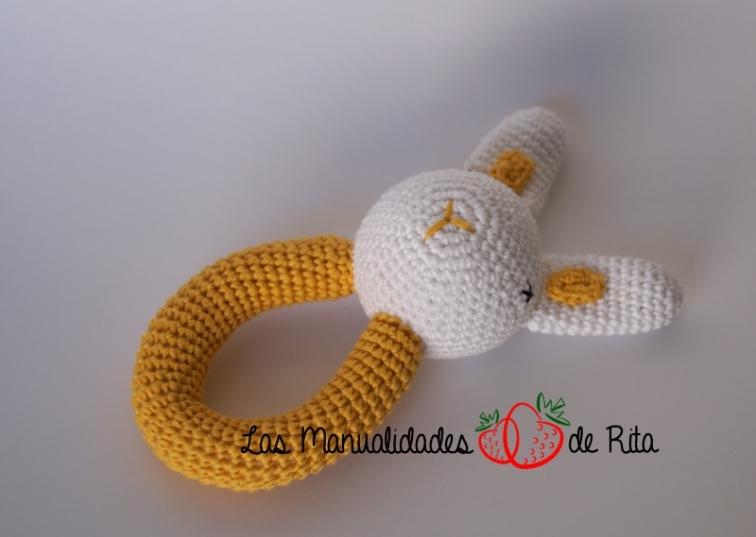 Sonajero conejito amigurumi